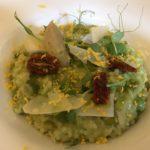 Gerstenrisotto mit Erbsen, Wildgemüse und Parmesan